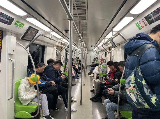地铁扶杆太高没拉环?北京地铁:正讨论加装拉环