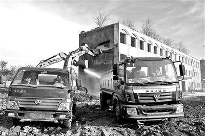 """法院""""护航""""拆除3层废弃教学楼 强执现场配置环卫洒水车"""