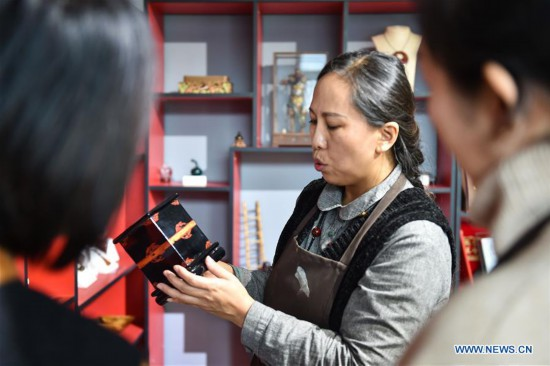 In pics: inheritor of Taiyuan traditional lacquer craft