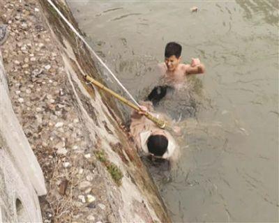 镇江快递小哥脱衣跳入冰水救人 将获见义勇为奖励