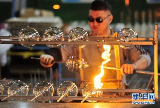 (经济)(1)河北河间:工艺玻璃远销海外市场