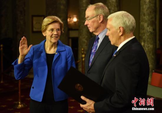 当地时间1月3日,美国第116届国会开幕。图为民主党女参议员伊丽莎白・沃伦(Elizabeth Warren)参加宣誓仪式。她于日前宣布准备参加2020年总统竞选。<a target='_blank'  data-cke-saved-href='http://www.chinanews.com/' href='http://www.chinanews.com/'><p  align=