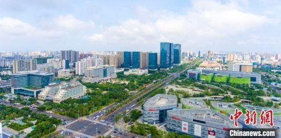 海南将高标准布局建设大型消费商圈,图为海口国兴大道商圈。 骆云飞 摄