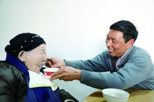 妻子岳父接連去世 連雲港男子39年如一日照顧百歲岳母