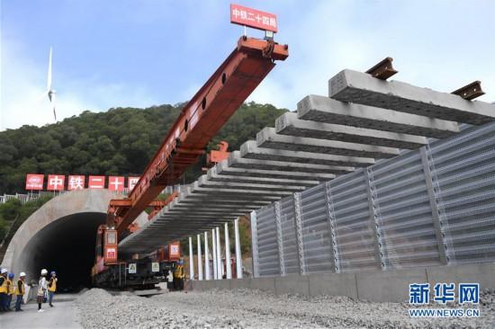 平潭海峡公铁大桥开始铺轨施工