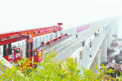 福平铁路平潭海峡公铁两用大桥开始铺轨