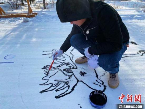 雪に絵を描く氷雪大地アート・クリエイティブコンテスト(撮影・張■、■は王へんに韋)。
