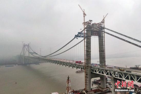 中国首座公铁两用悬索桥五峰山长江大桥合龙