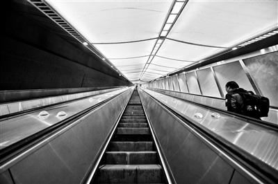 """京张高铁正式运行乘八达岭站80余米扶梯酷似""""入地飞天"""""""