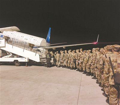 新兵坐飞机下连,稀罕!