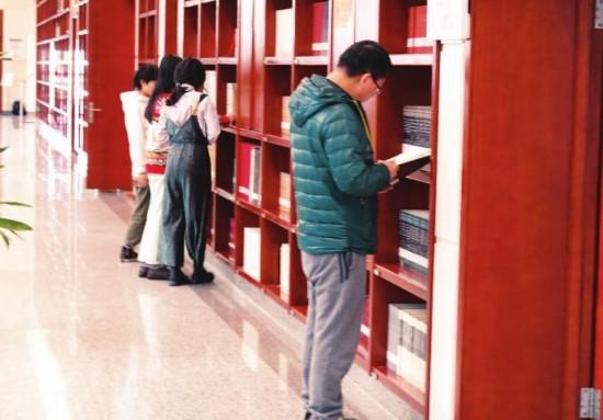 """到图书馆""""充电"""" 阅读开启新一年"""