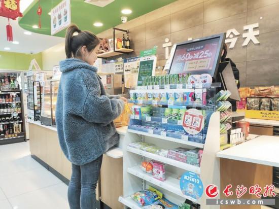 年轻消费者是光顾24小时便利店的主力军。长沙晚报全媒体记者刘捷萍 摄