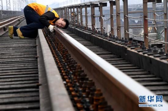 """(图片故事)(6)严寒中守护煤运通道的""""钢丝哥"""""""
