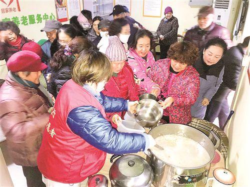 徐州多地舉辦品臘八粥活動 喝熱粥迎幸福年