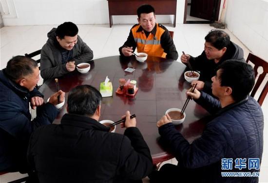 """(图片故事)(8)严寒中守护煤运通道的""""钢丝哥"""""""