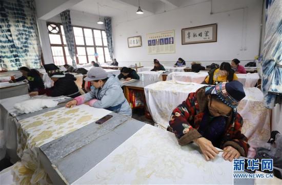 #(社会)(1)贵州丹寨:赶制蜡染订单 供应新春市场