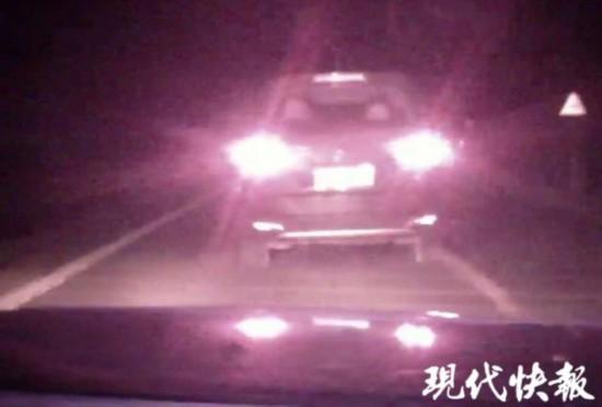連雲港一轎車為超載車打掩護 兩次劫停執法警車