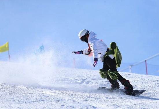 """校园体育新体验:冰雪运动""""进校园"""""""