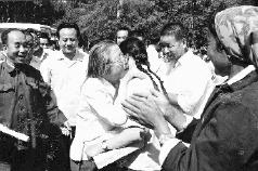 1980年6月23日,全国人大常委会副委员长邓颖超赴新疆石河子视察期间,在周总理纪念碑前与上海知青杨永青(本文作者)亲切拥抱。