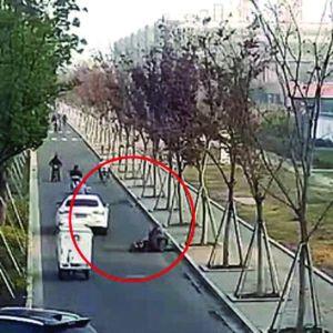苏州骑车男碰瓷138次全得手 专挑开车送娃上学的妈妈