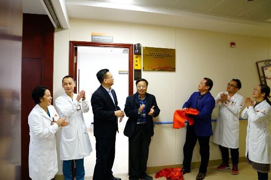 韦英才、李凤珍壮医药传承研究室在国壮揭牌