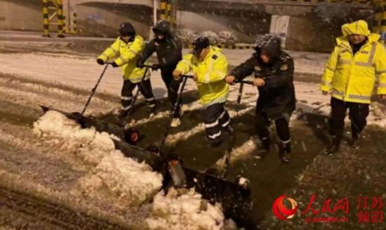 南京降下2020年第一场雪 万余人出动保畅通