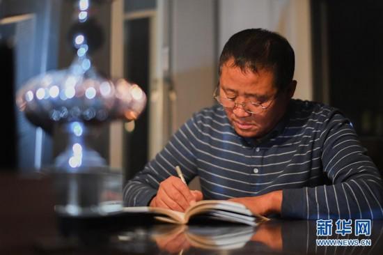 """(在习近平新时代中国特色社会主义思想指引下――新时代新作为新篇章・总书记关心的百姓身边事・图文互动)(5)一本""""村官""""日记里的扶贫路――小故事里的大情怀之四"""