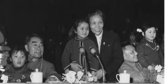 """1959年周恩来、邓小平和蔡畅在人民大会堂庆祝""""六一""""儿童节。"""