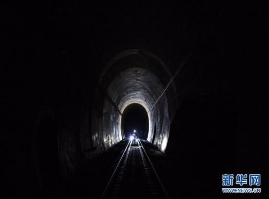(新春走基层)(1)寒夜中的铁路通信工