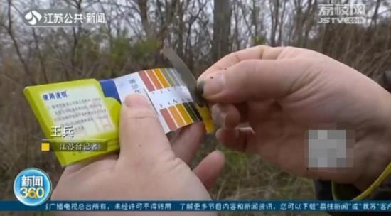 黑水如同墨汁,岂能随意排放?是谁在向种藕的芦苇塘里排放污染?