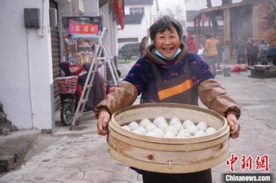 无锡农家忙蒸糕团酿米酒迎新春