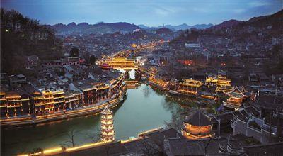 凤凰县:旅游带动道路宽