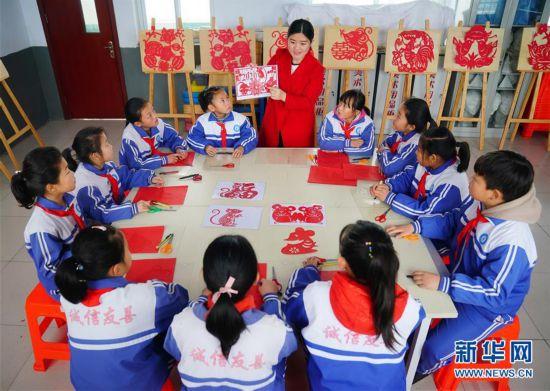 (文化)(2)河北邢台:生肖剪纸迎新春