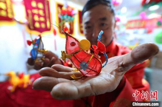 """南京民間藝人趕扎迷你""""掌中鼠""""迎新春"""