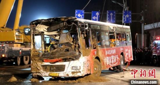 西宁路面坍塌公交车陷入大坑共找到9具遗体