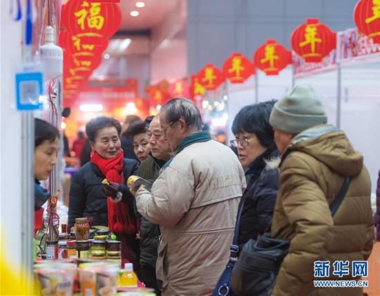 """(社会)(1)武汉:年货节上""""打""""年货"""