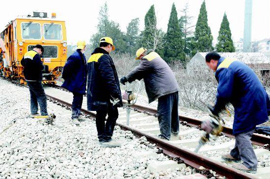 沛縣開展鐵路養護工作 確保列車運行安全