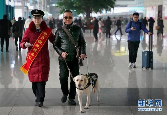 (社会)(1)导盲犬坐高铁:让视障旅客出行无障碍
