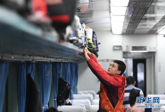 """(关注春运)(1)""""共青团号""""列车上的特殊乘务员"""