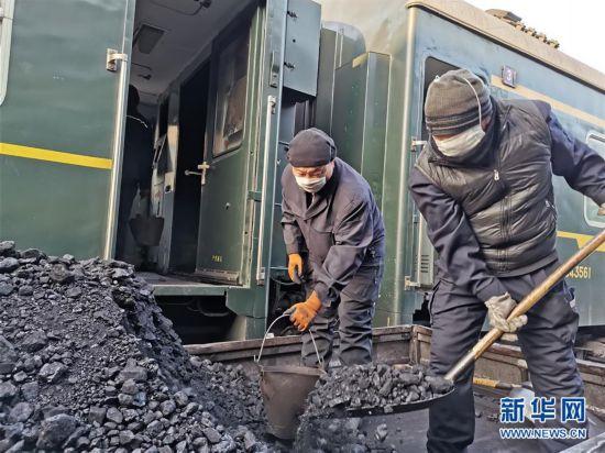 (图文互动)绿皮火车上煤工:每天拎2000多桶煤只为温暖回家路