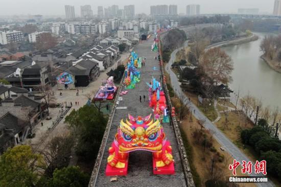 南京明城墙布置彩灯迎新春