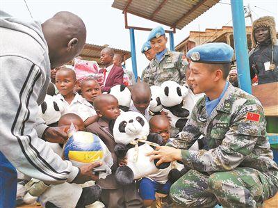 我赴刚果(金)维和官兵走进卡巴莱小学献爱心