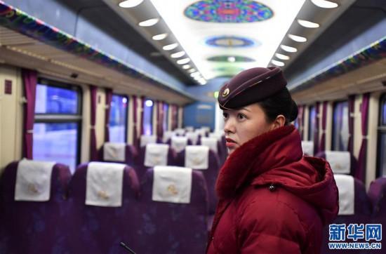 (新春走基层)(1)高原上的藏族女列车长――贡久曲珍