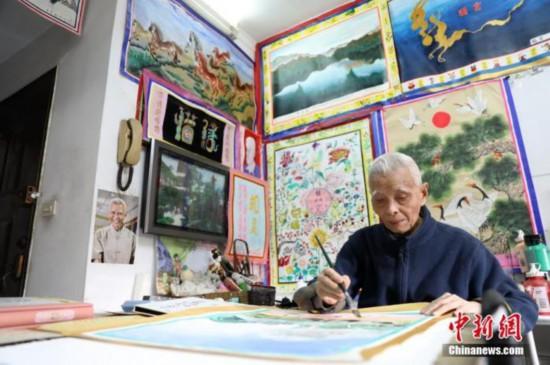 80岁起钟波球开始喜欢上画画。近日,他的500余幅画作正在成都展出并将进行义卖。<a target='_blank'  data-cke-saved-href='http://www.chinanews.com/' href='http://www.chinanews.com/'><p  align=