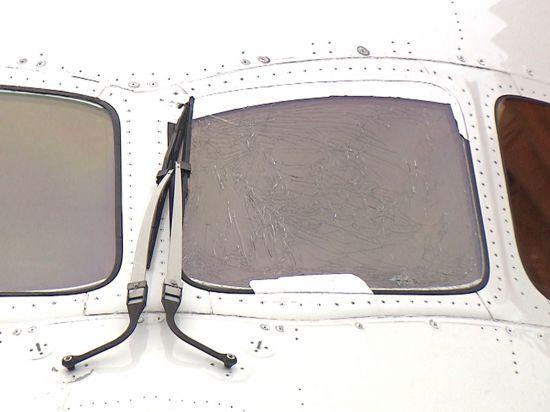 日航波音787客机飞上海起飞滑行途中驾驶舱玻璃开裂