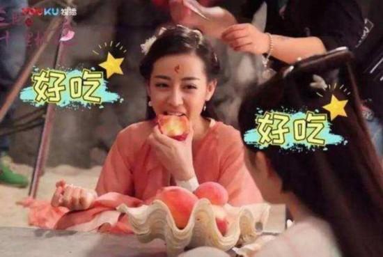 女明星拍吃戏,杨颖吃空气,热巴吃得停不下来被喊停