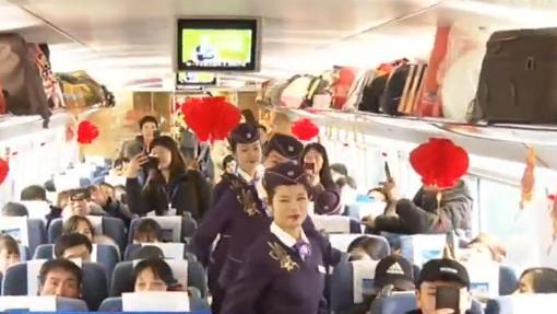 長江デルタ地域の出稼ぎ労働者約400人が専用列車に乗って無料で帰省