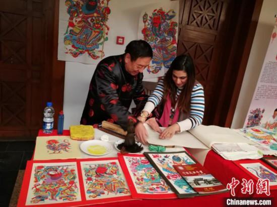 河北武强年画走进巴基斯坦当地民众品味中国文化