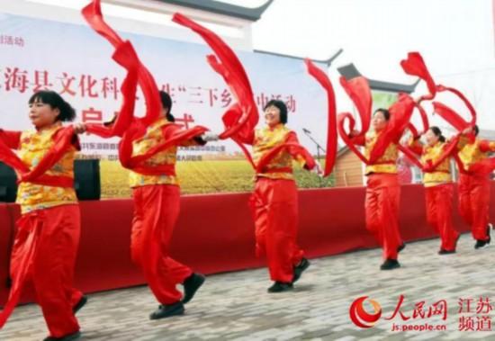 """图为东海县""""三下乡""""活动中的文艺表演现场。张开虎/摄"""