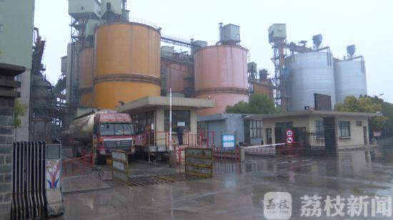 扬州一企业每天开出超载水泥罐车 严重影响道路交通安全